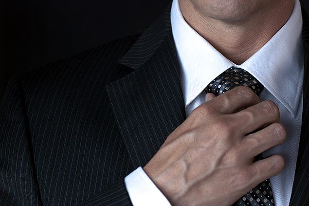 引き締まった黒いスーツ