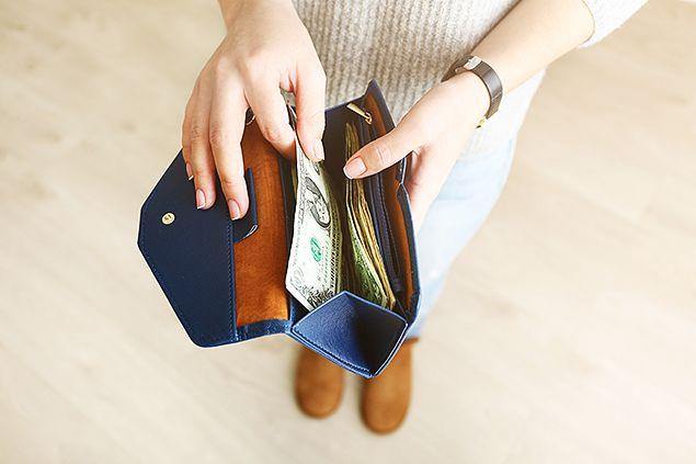 ネイビー色の財布