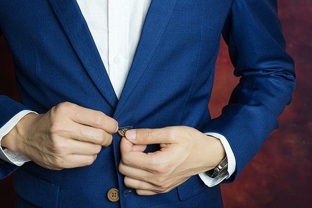 ネイビーのスーツを上品に着こなす男性